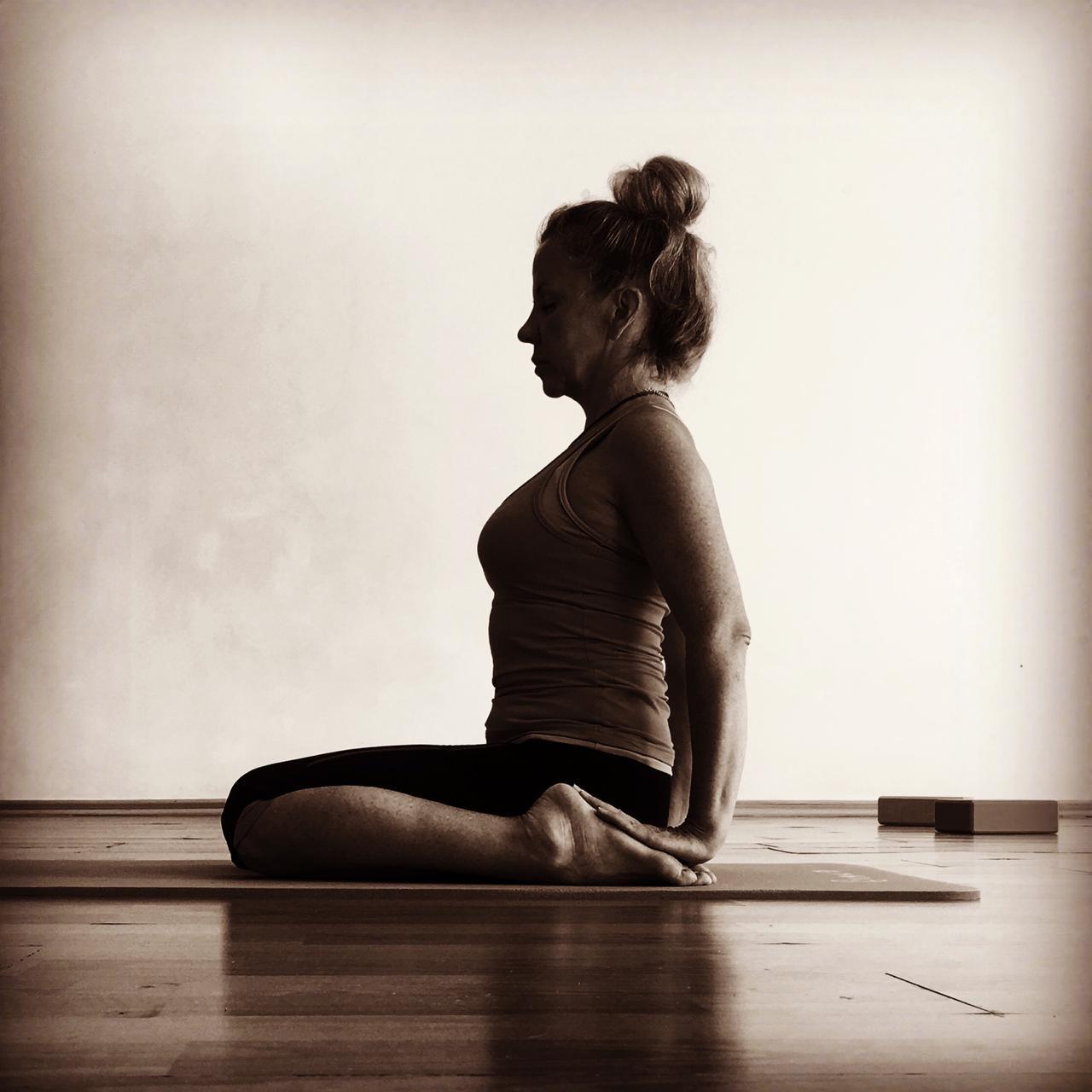 Йога для здоровых колен: советы бережной нагрузки.